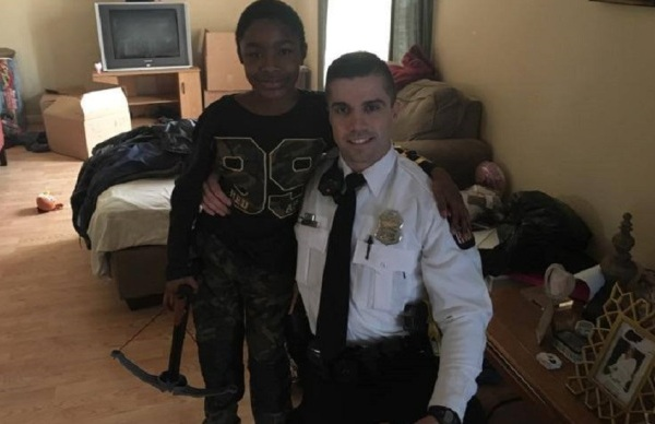 Ohio officer gives boy Playstation_348382