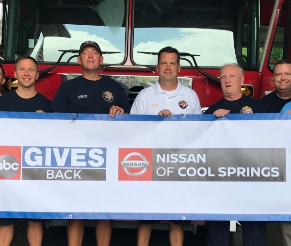 2 gives back nashville fire department_435120