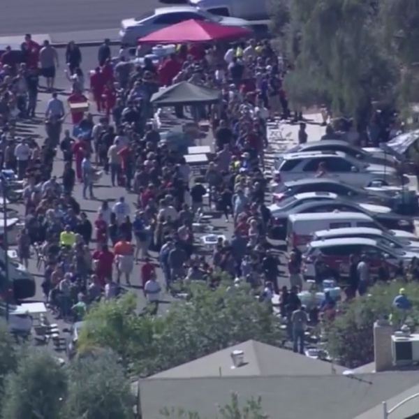 Thousands wait hours to donate blood