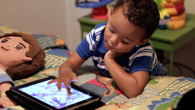 kid on tablet_455354