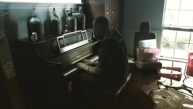 Man plays flooded piano_440034