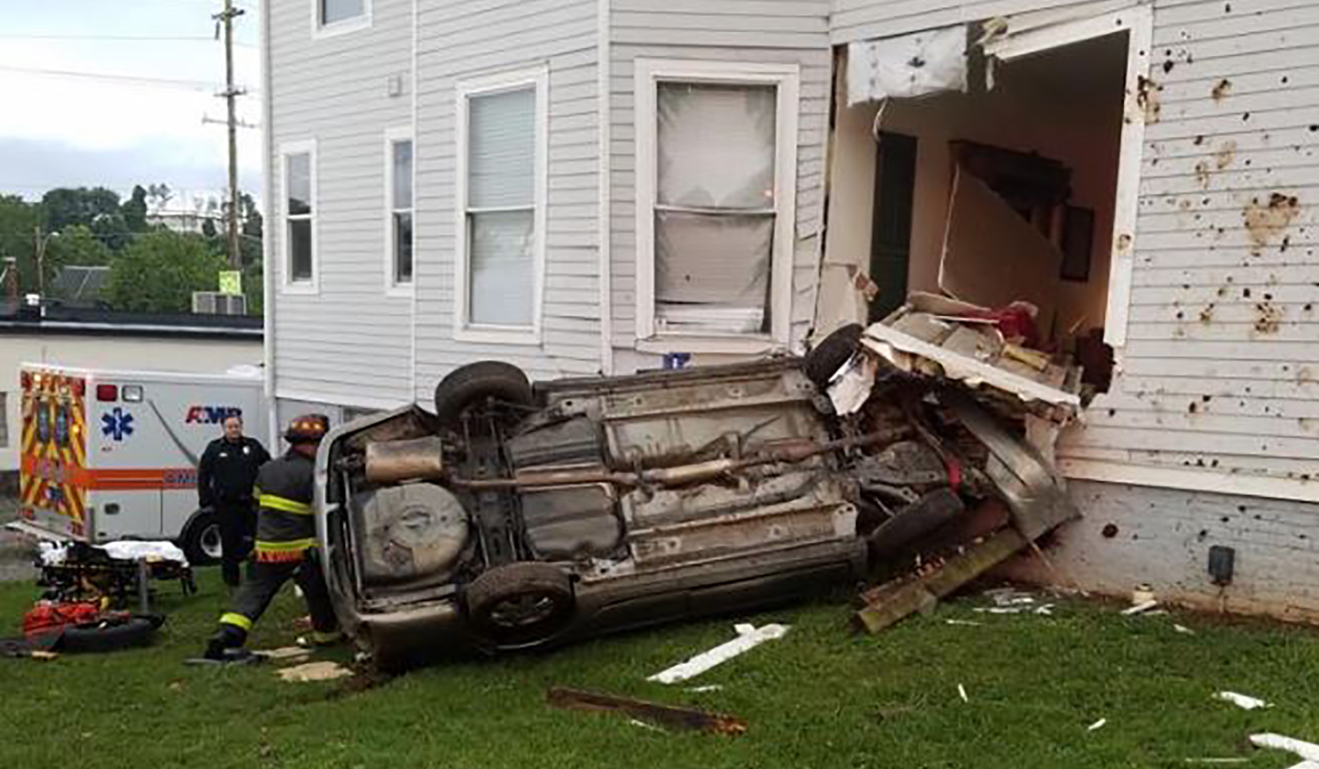 Knoxville car into building found by a jogger.jpg