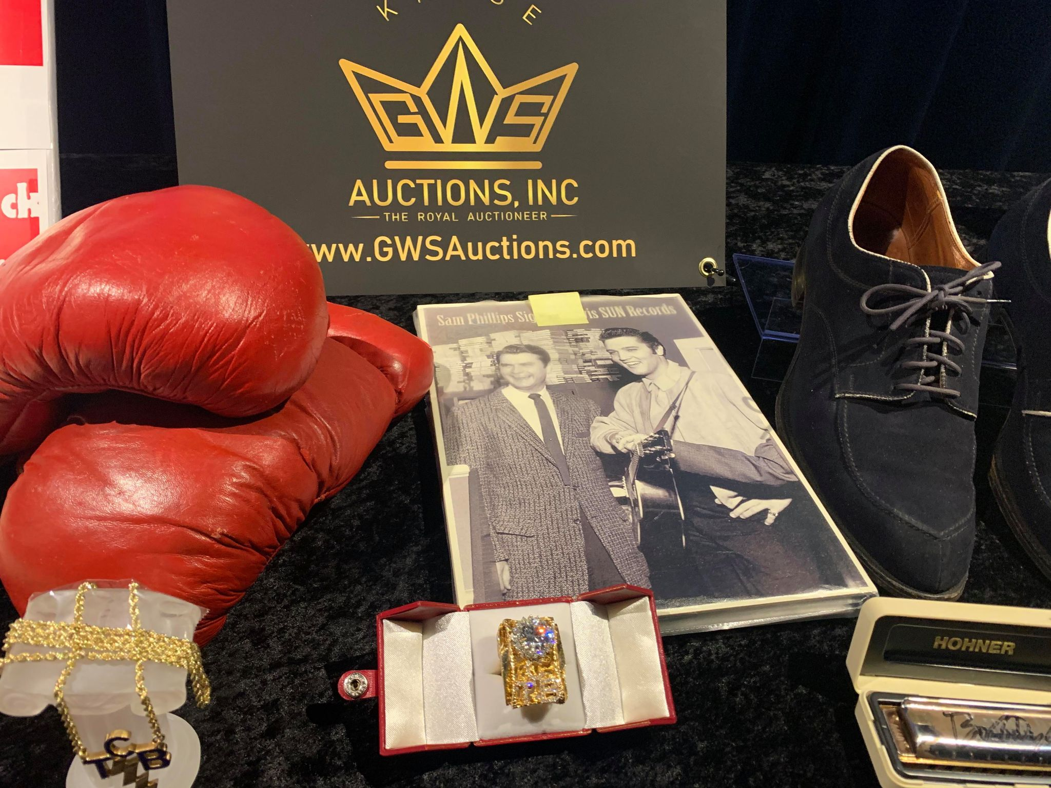 Kruse GWS Auctions: Ali training gloves, Carl Perkins Blue Suede Shoes